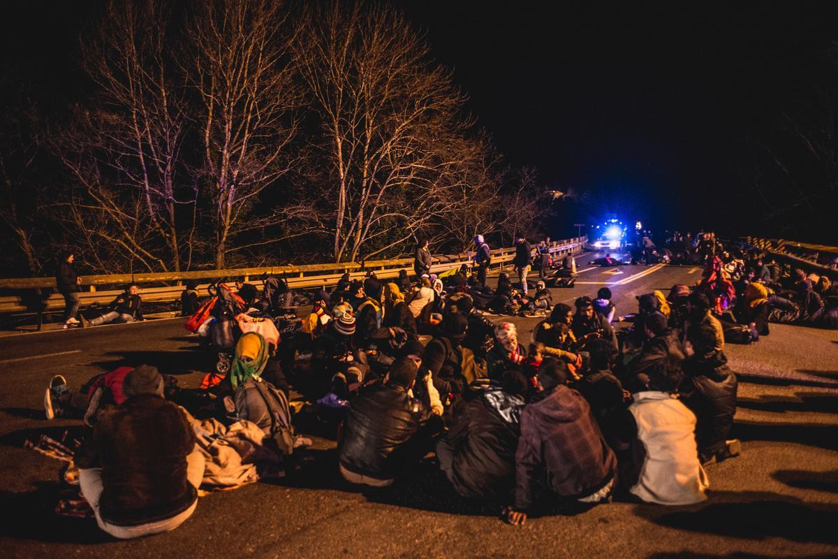 Refugees and migrants stranded in the highway in Tempi, Greece on February 25, 2016. / Πρόσφυγες και μετανάστες εγκλωβισμένοι στην Εθνική οδό στην περιοχή των Τεμπών, 25 Φεβρουαρίου 2016.