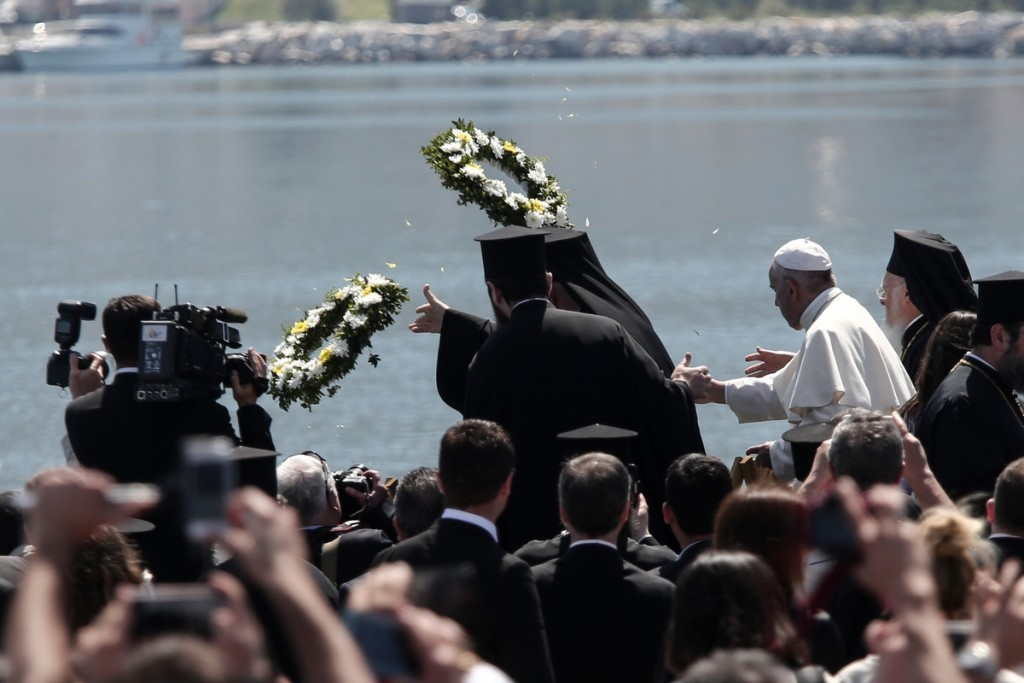 Pope Francis (C), the Ecumenical Patriarch Bartholomew I (R), spiritual leader of the world's Orthodox Christians and Archbishop of Athens and All Greece Ιeronymοs II (L), head of the Church of Greece, lay wreaths of flowers at the port of Mytilene, at the island of Lesvos, Greece on April 16, 2016. / Δέηση του Πάπα Φραγκίσκου, του Οικουμενικού Πατριάρχη Βαρθολομαίου και του Αρχιεπίσκοπου Αθηνών και πάσης Ελλάδος Ιερώνυμου για τους πρόσφυγες που έχασαν τη ζωή τους στο Αιγαίο, στο λιμάνι της Μυτιλήνης, Λέσβος, 16 Απριλίου 2016.