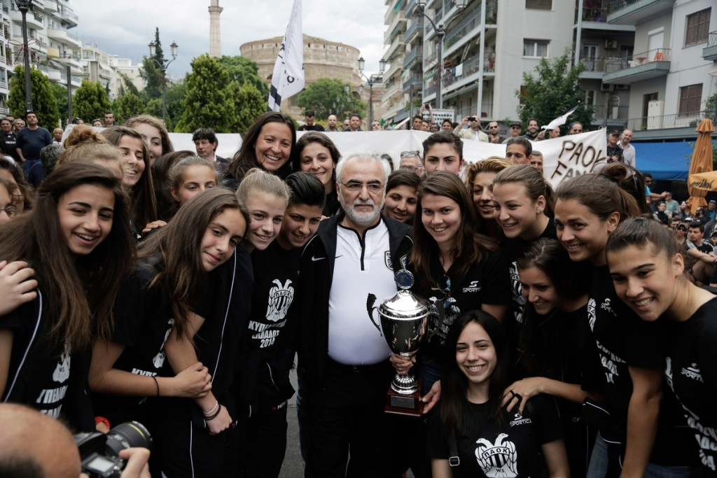 PAOK sports club rally in Thessaloniki, under the city's landmark the Arch of Galerius (Kamara). Thessaloniki, Greece on 17 May 2014. Four thousand supporters of PAOK team shouted slogans and praised the major shareholder of the football team, Ivan Savvidis. / Συλλαλητήριο της ομάδας του ΠΑΟΚ στο κέντρο της Θεσσαλονίκης, κάτω από το σύμβολο της πόλης την Αψίδα του Γαλέριου (Καμάρα). Θεσσαλονίκη, Ελλάδα στις 17 Μαΐου 2014. Τέσσερις χιλιάδες οπαδοί της ομάδας του ΠΑΟΚ φώναξαν συνθήματα και αποθέωσαν τον μεγαλομέτοχο της ποδοσφαιρικής ομάδας, Ιβάν Σαββίδη.