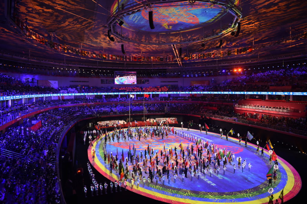 """Στο 10% το παγκόσμιο ποσοστό εμβολιασμού ενώ σάλο προκαλεί η δήλωση του ρεπουμπλικάνου Mike Gallagher ότι οι αθλητές-στρατιωτικοί που συμμετείχαν στους mini Oλυμπιακούς αγώνες της Wuhan μπορεί να """"χρησιμοποιήθηκαν"""" για να μεταδώσουν τον ιό!"""